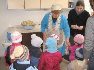 Матушка пригощає дітей свіжеспеченими Просфорами.